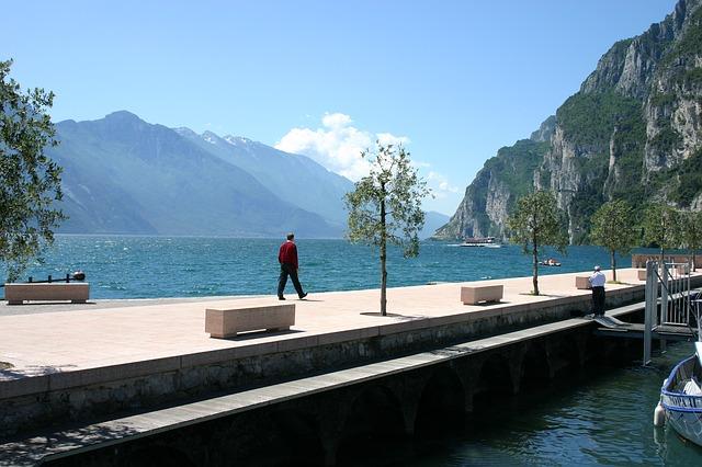湖の畔を歩いている人