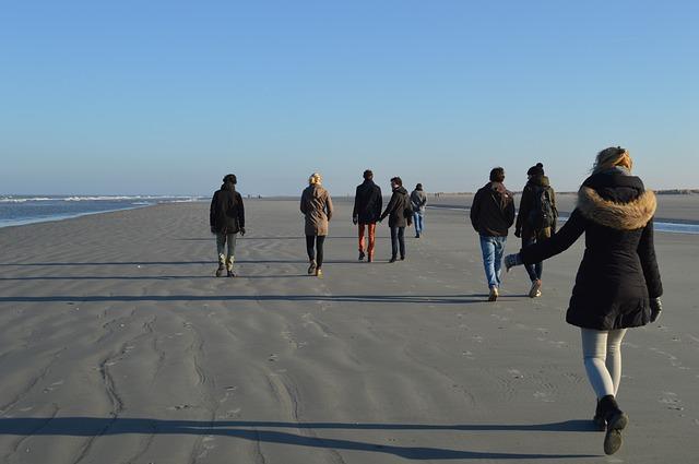 ビーチを歩く人たち
