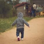 フラフープを使って家の中をとことこ歩き回る盲ろうの幼児