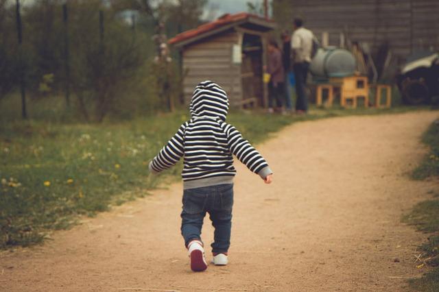 歩いている幼児