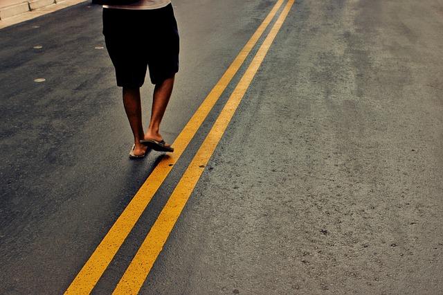 道を歩いている人